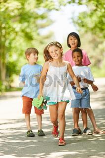 Mädchen und ihre Freunde beim Skateboarden