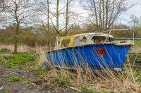 Das Boot am Straßenrand