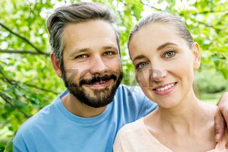 Glückliches junges Paar in der Natur