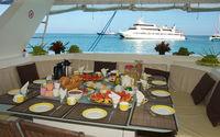 Frühstück an Bord eines Katamarans vor den Seychellen