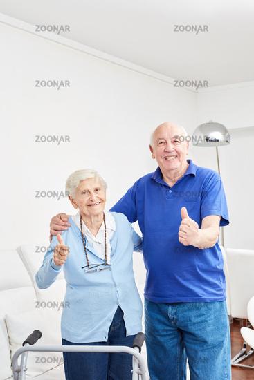 Glückliches Senioren Paar hält die Daumen hoch