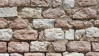 Mauer aus dem Gestein des Monte Subasio in Italien