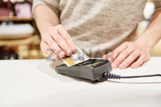 Kunde macht Mobile Payment mit Kreditkarte