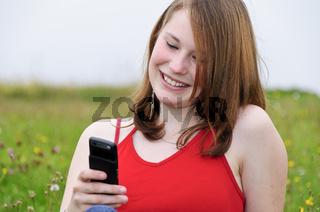 Mädchen telefoniert im Freien