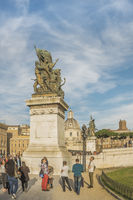 bronzeskulptur vor dem nationaldenkmal für viktor emanuel II