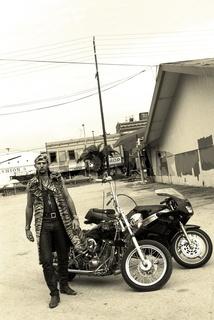 Motorradfahrer mit Fellmantel