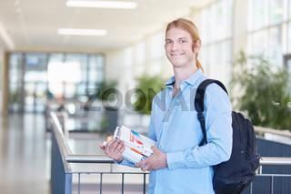 Student mit Büchern für die Prüfung