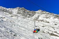 Skifahrer auf einem Sessellift, Skigebiet Saas-Fee, Wallis, Schweiz