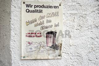 Hinweisschild zur Beachtung der Produktionsqualität