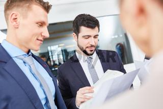 Berater im Consulting mit Dokumenten