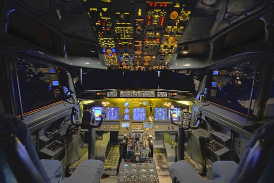 Cockpit einer Boeing 737 - 700, Mittelkonsole mit Gashebeln des Flugsimulators der Firma Wulff/Zellner GbR, Berlin, Deutschland