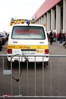 Notarzt Einsatzwagen beim Fußballspiel