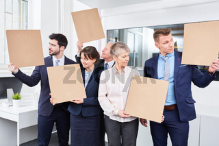 Business Leute schauen ratlos auf leere Schilder
