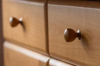 Schublade und Griff aus Buchenholz im Gegenlicht