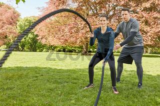 Personal Training mit Battle Rope im Park