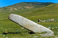 Mit Gravuren von Tieren und Mustern verzierte Steinstele, Grabstätte aus der Bronzezeit, Mongolei