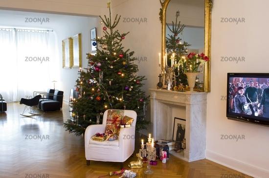 weihnachtsbaum im wohnzimmer europ ische weihnachtstraditionen. Black Bedroom Furniture Sets. Home Design Ideas