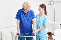 Senior als Patient in der Ergotherapie lernt gehen