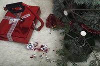 Säge zersägt Weihnachtsgeschenk, zerstörte Weihnachtsszene