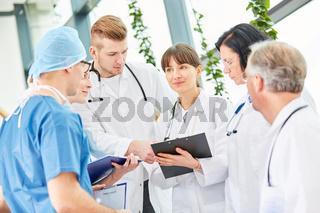 Ärzteteam mit jungen und erfahrenen Ärzten