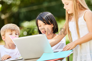 Mädchen lernen zusammen am Tablet PC