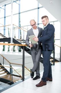 Geschäftsmann zeigt Kollegen eine Nachricht