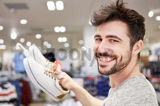 Glücklicher Mann freut sich über Schuhe
