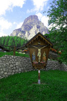 Wegkreuz in den Dolomiten vor Sassongher bei Corvara