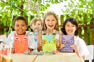 Gruppe Kinder mit kreativen Geschenktüten