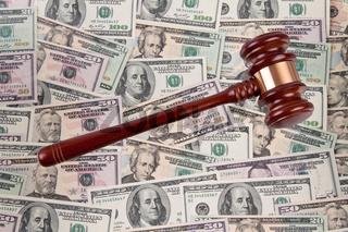 Dollar Geldscheine mit gavel. Rechtskosten - Gerichtskosten.
