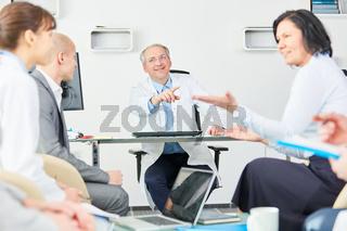 Mitarbeiter und Ärzte diskutieren in einem Meeting