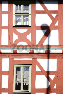 Laternenschatten auf der Fachwerkhausfassade