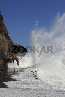 Brandung des Atlantiks an betonierter Uferbesfestigung in der Stadt Jardim do Marauf der Ferieninsel Madeira, Portugal, Europa