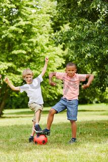 Jungen haben Spaß beim Fußball spielen