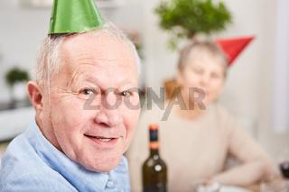 Senior feiert Silvester oder Geburtstag