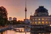 Sonnenaufgang am Bodemuseum in Berlin