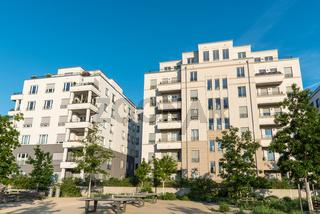 Neue weisse Mehrfamilienhäuser in Berlin