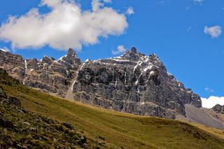 Felsmassiv im Andenhochland in Peru