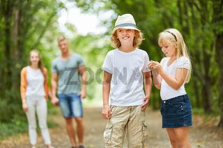 Kinder und Eltern machen einen Ausflug