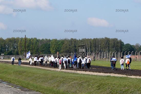Israelische Jugendgruppe beim Besuch von Auschwitz