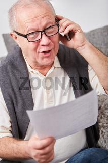 Senior telefoniert mit dem Smartphone