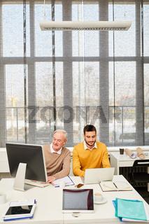 EDV Berater und Senior am Computer