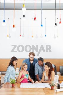 Junges Startup Team im Meeting