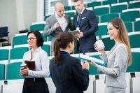 Zwei junge Business Frauen in Konferenzpause