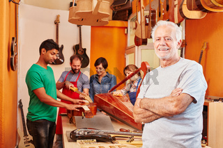 Gitarrenbauer Meister in seinem Betrieb