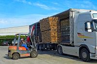 Transport von Paletten mit zugeschnittenem Kork LKW per LKW, São Brás de Alportel, Algarve, Portugal
