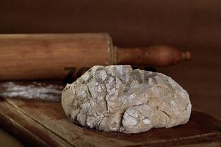 Frischer Brotteig und Nudelholz