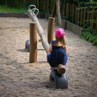 Mädchen allein auf einem Spielplatz