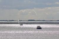 Segelschiff und Motorboot auf dem Dollart