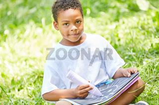 Afrikanischer Junge beim kreativen Malen